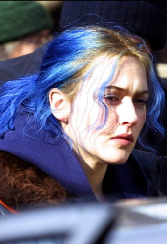 Kate Winslet, racines blonde, longueurs bleues, c'est uen catastrophe !