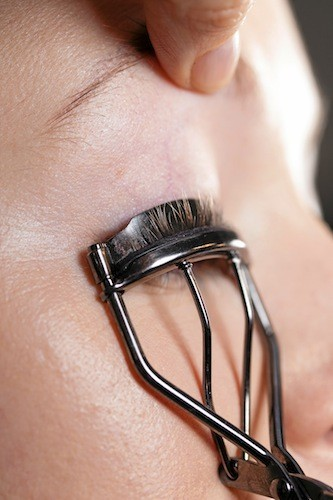 Cils vertigineux Une règle : utilisez le recourbe-cils toujours avant la pose du mascara afi n d'éviter de casser les cils. Pour un meilleur ré...