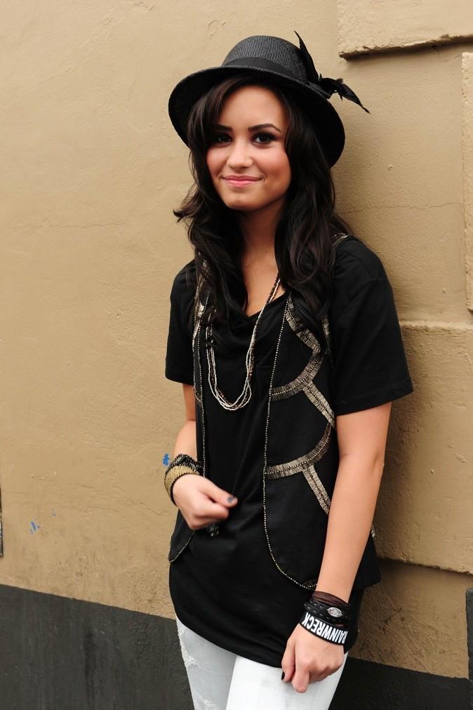 Teint en noir, peau bronzée et bien stylée, Demi assure