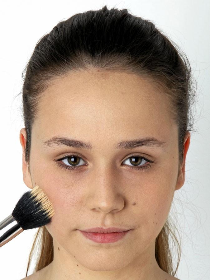Etape 3 du make-up healthy : opération blush