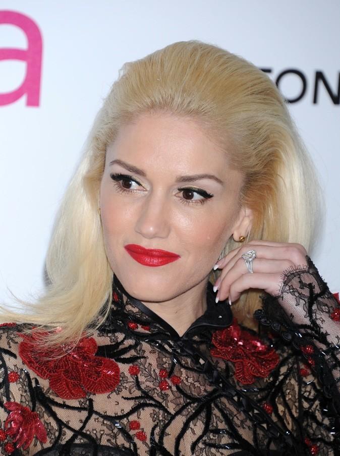 Gwen Stefani porte du rouge fraise.