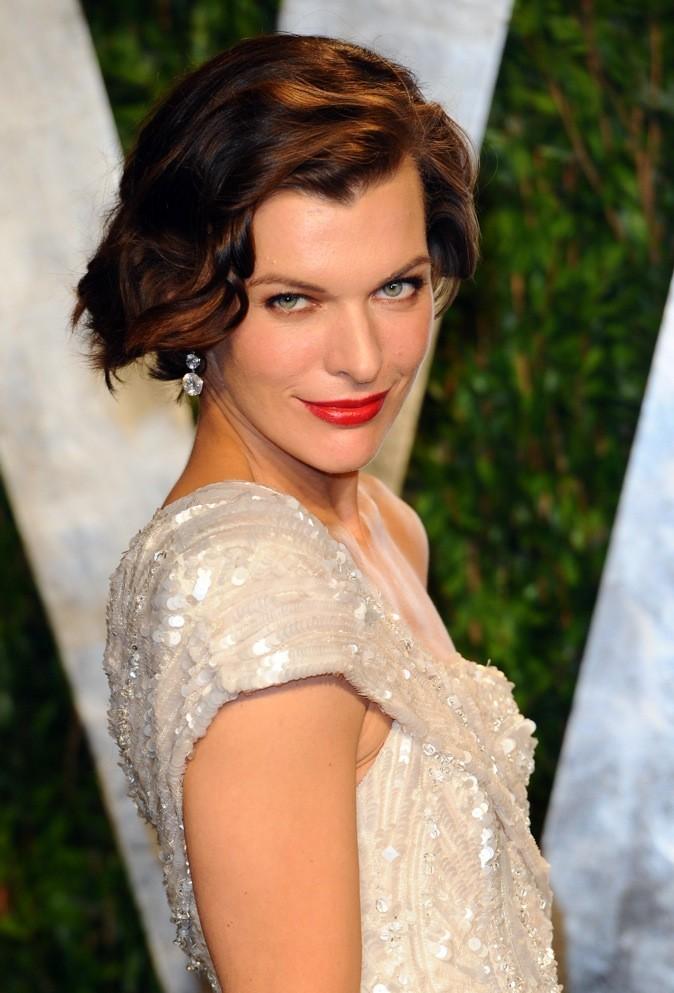 Milla Jovovich, yeux aguicheurs pour un rouge coquin!