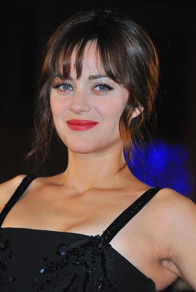 Maquillage été 2011 : heureusement que le rouge à lèvres de Marion Cotillard rattrape son teint un peu trop pâle...