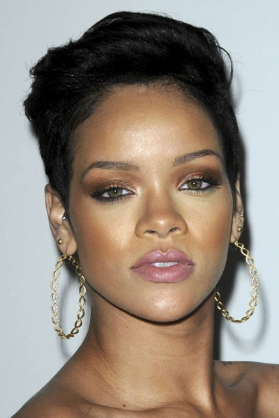 Photo : le maquillage des yeux marron-doré de Rihanna