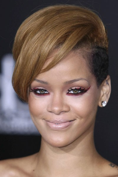 Photo : le maquillage des yeux rouge de Rihanna