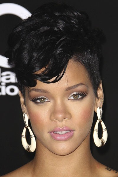 Photo : le maquillage du teint effet bonne mine de Rihanna