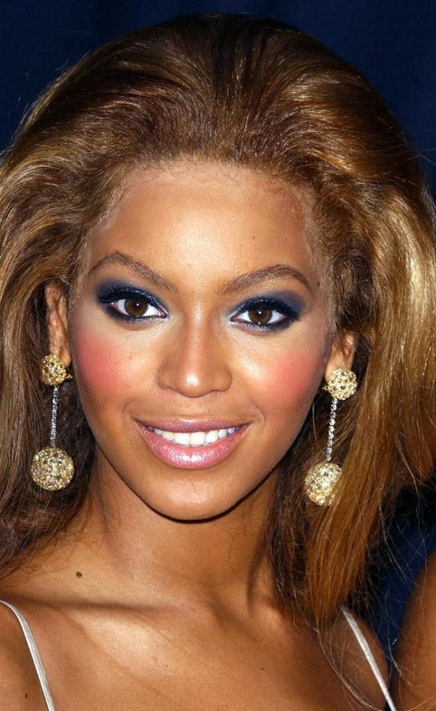 Maquillage de Beyoncé : un smoky eye bleu argenté
