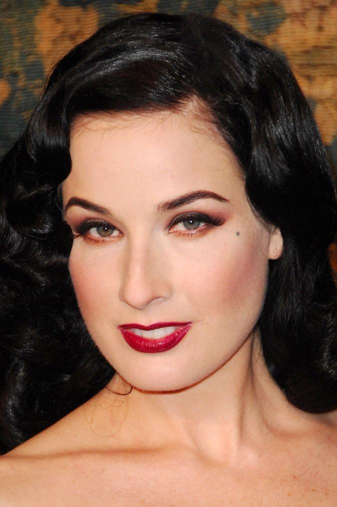 Maquillage de Dita Von Teese : un smoky eye rouge