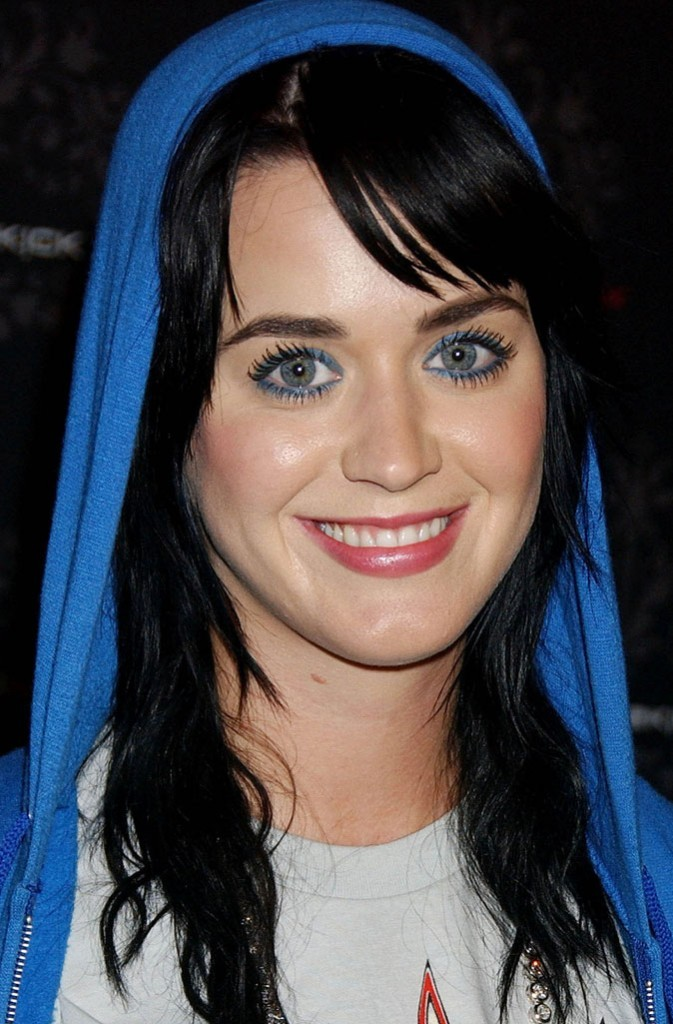 Maquillage de Katy Perry : un crayon bleu flashy sur les yeux