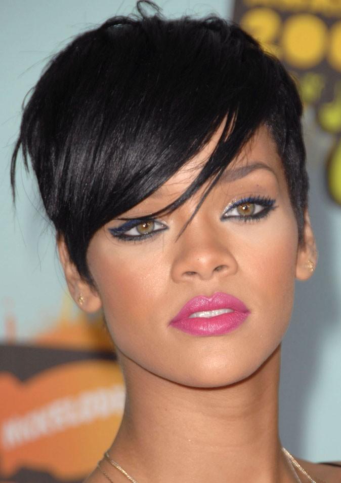 Maquillage de Rihanna : un eye-liner bleu électrique