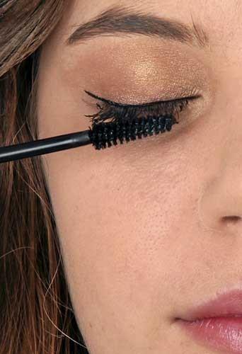 Mode d'emploi du maquillage fluo :un mascara noir sur les cils