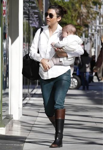 Kourtney Kardashian a encore quelques kilos à perdre 8 mois après la naissance de son deuxième enfant, Penelope Scotland.