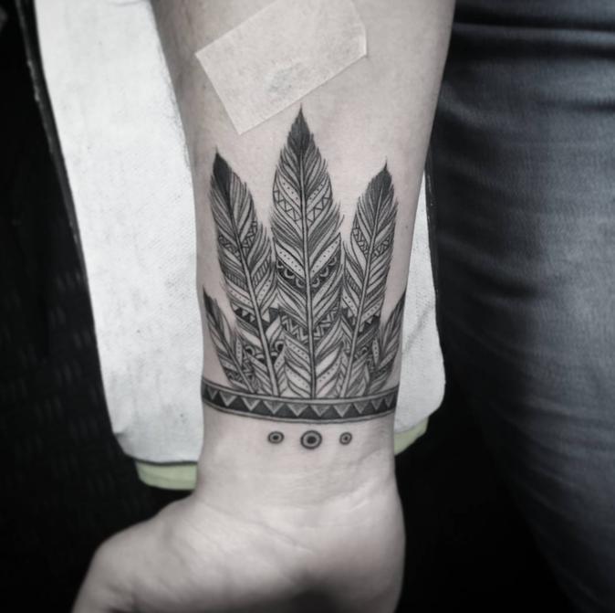 Tatouages pour le poignet : un motif ethnique