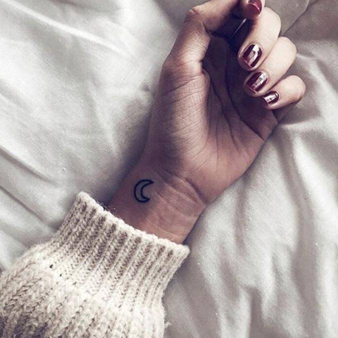 Tatouages pour le poignet : une petite lune