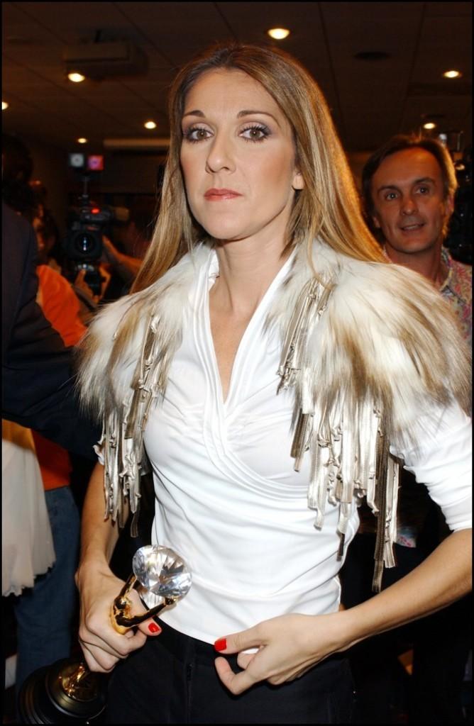 En 2004, elle est blonde est a les cheveux raides !