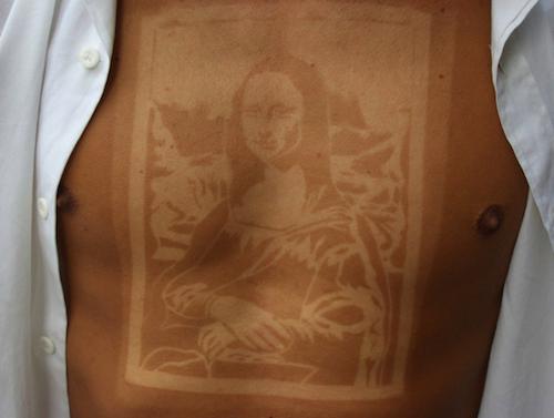 """Photos : le """"sunburn art"""" ou la tendance tatouage coup de soleil pas maline..."""