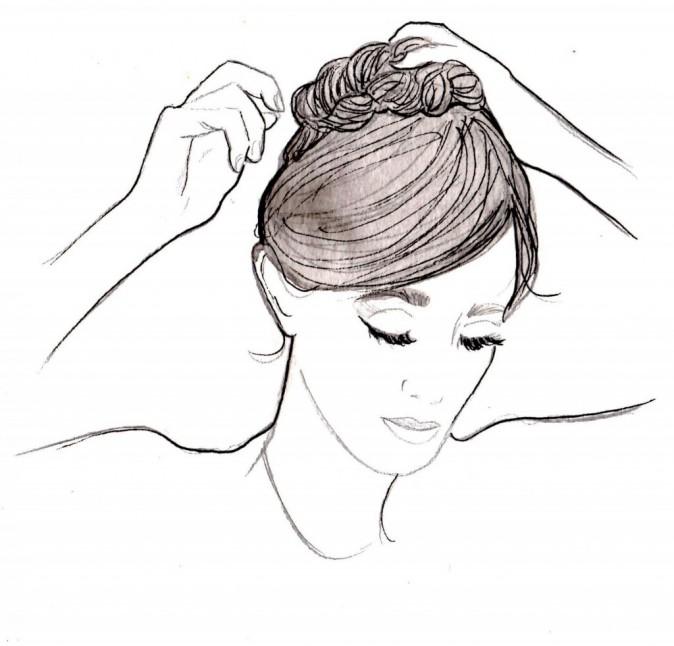 Enroulez la tresse sur elle-même et attachez-la avec des épingles. Passez doucement les doigts dans la coiffure pour la rendre plus lâche.