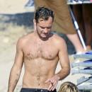 Star sexy poilue : Jude Law, un duvet même en été