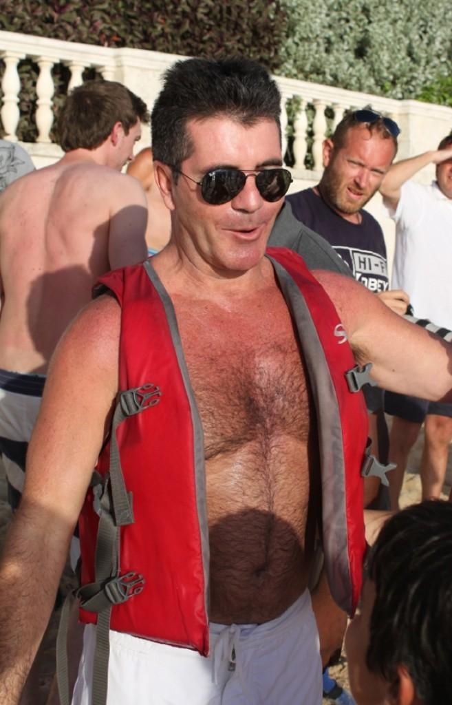 Simon Cowell est aussi rouge que son gilet de sauvetage !