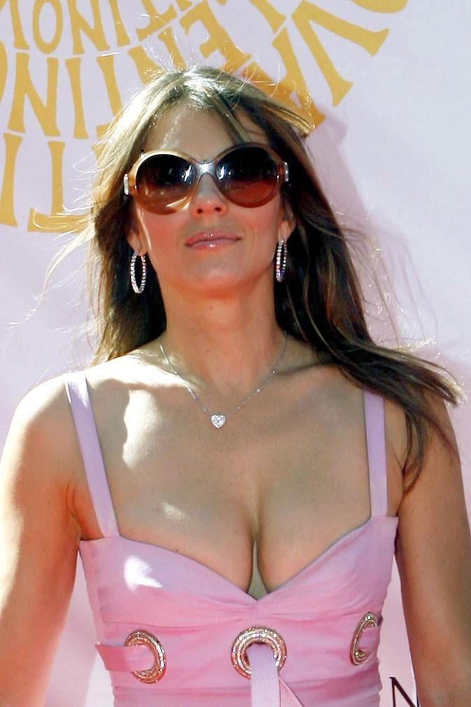 Spécial seins : le décolleté pulpeux de Liz Hurley
