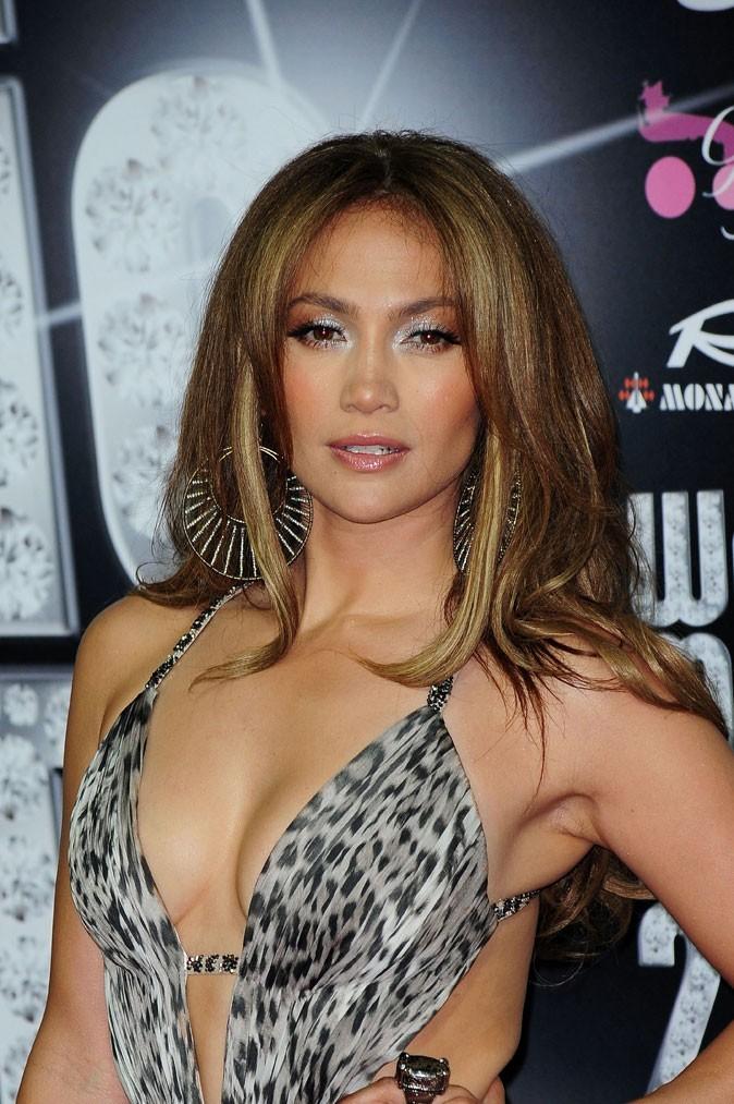 Spécial seins : le décolleté sexy de Jennifer Lopez sur une petite poitrine