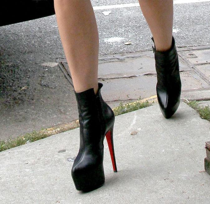 Des boots noires à talons Louboutin !
