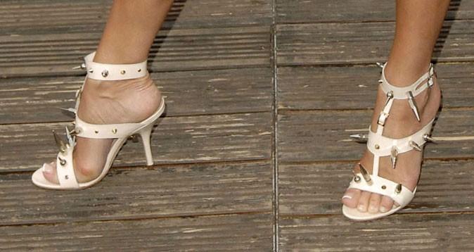 Des sandales blanches qui piquent !