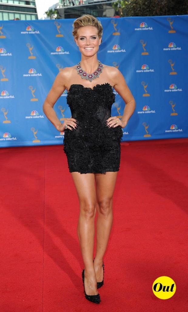 On ne sait pas si Heidi porte une mini robe ou de la lingerie de nuit coquine sur le tapis !