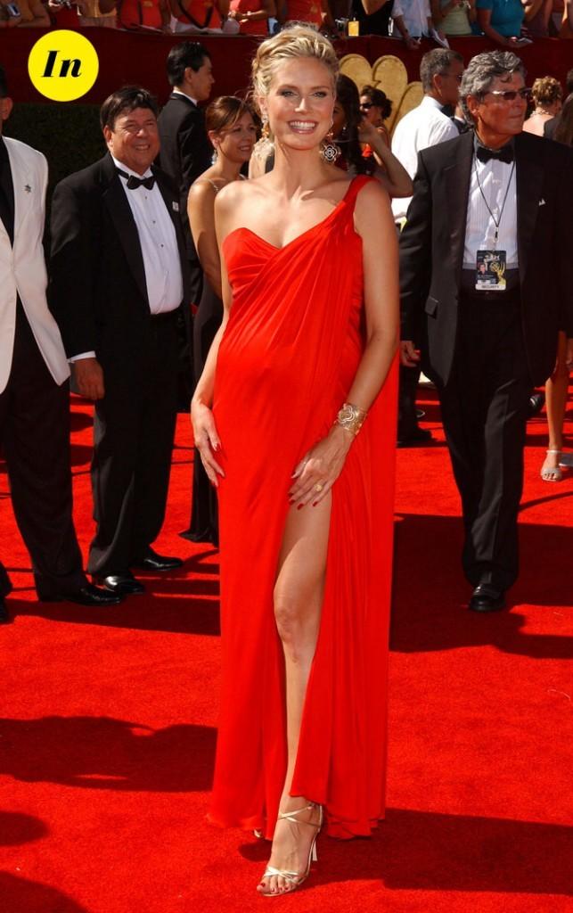 Toute de rouge vêtue, Heidi enceinte est lumineuse dans cette robe à la Romaine.