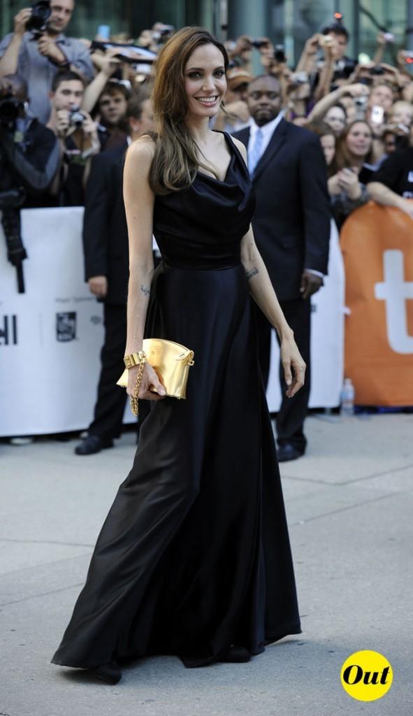 Festival du film de Toronto 2011 : la robe longue noire et la pochette à menotte d'Angelina Jolie !