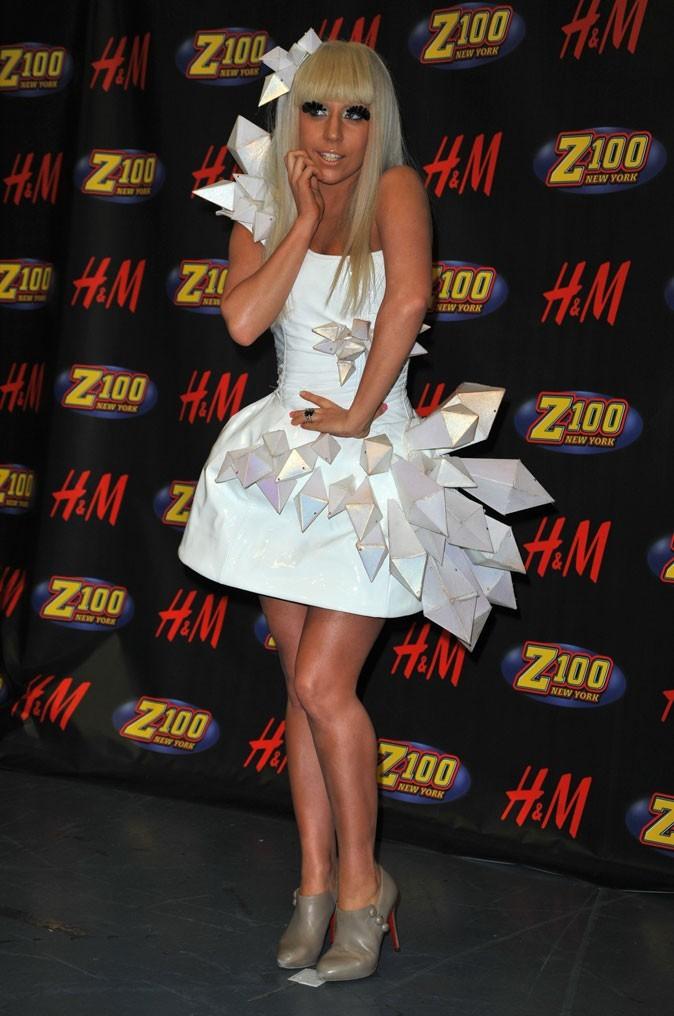 Look de Lady Gaga : robe blanche tendance futuriste en décembre 2008