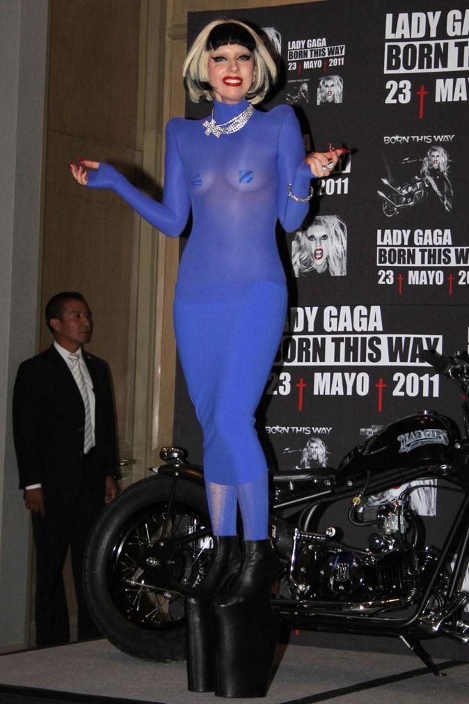 Look de Lady Gaga : robe violette, plateforme shoes et cache-tétons en mai 2011