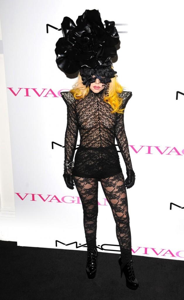 Look de Lady Gaga :  sa combi en dentelle noire en mars 2010 pour le lancement de Mac Viva Glam