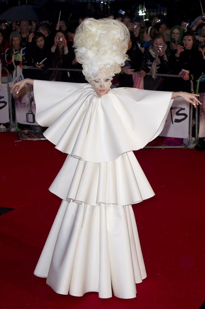 Look de Lady Gaga :  sa robe monacale en février 2010 pour les Brit Awards