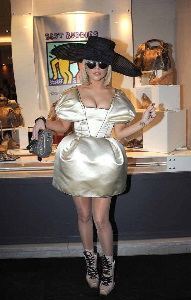 Look de Lady Gaga : un chapeau XXXXL en avril 2009
