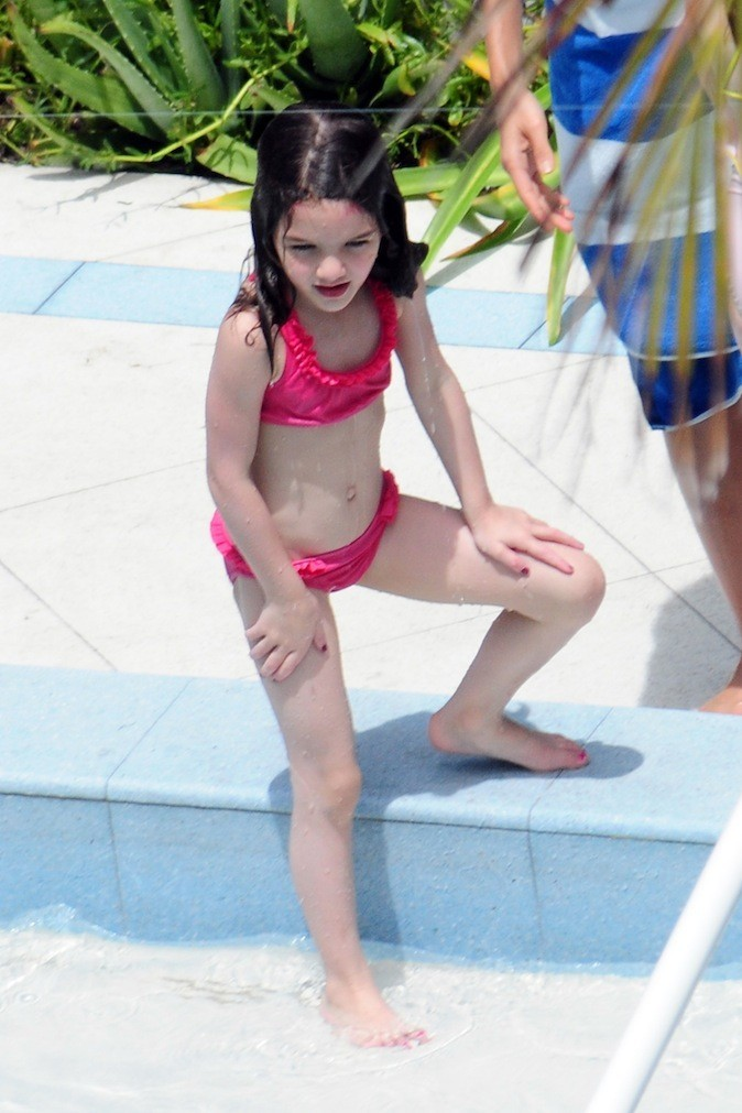 Suri Cruise tape la pose à la piscine !
