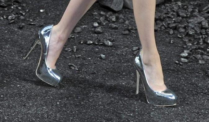 Des chaussures à talons argentées