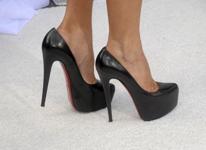 Des chaussures à talons noires brillantes