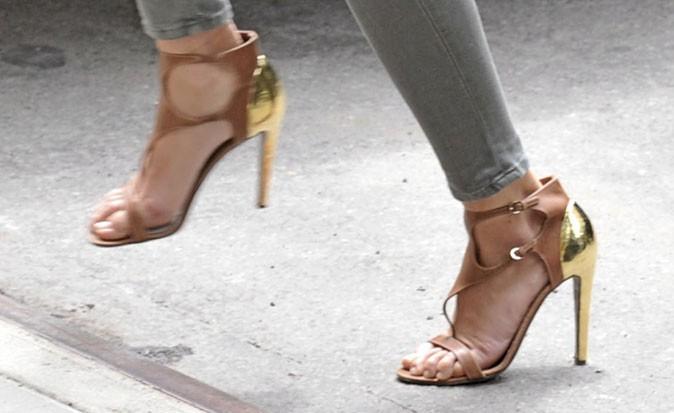 Des sandales à talons camel et dorées