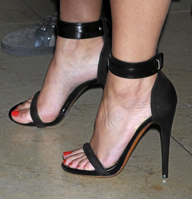 Des sandales à talons noires et à bride sur la cheville