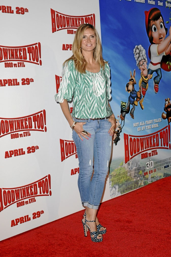 Heidi Klum perchée sur des sandales à talons à pois