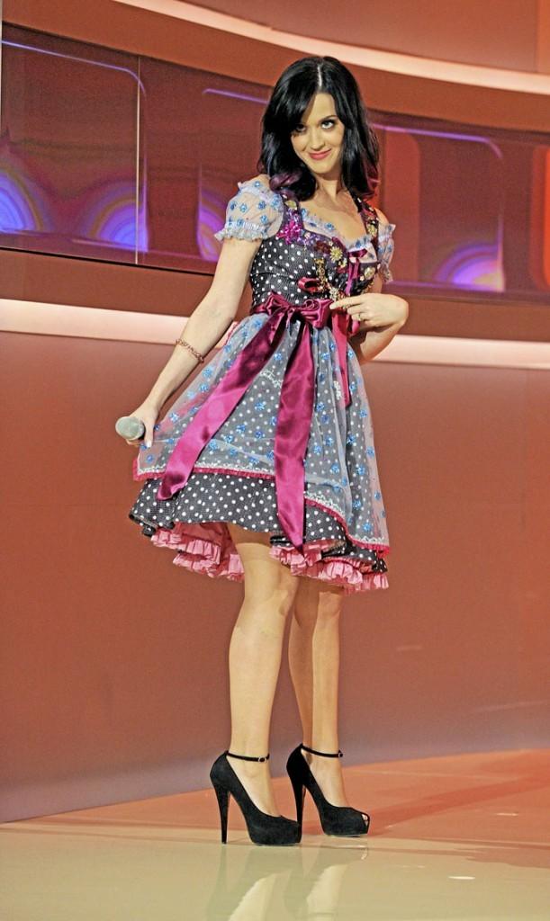 Katy Perry perchée sur des chaussures à talons noires vernies et à brides