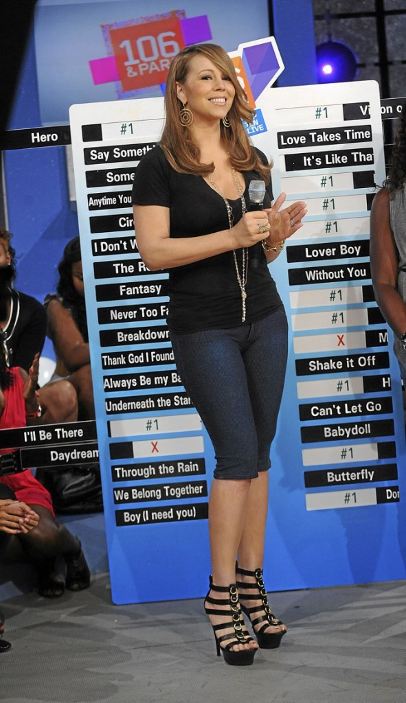 Mariah Carey perchée sur des sandales noires à talons