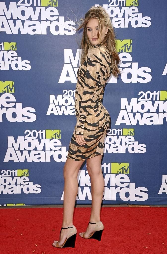 Rosie Huntington-Whiteley perchée sur des sandales compensées nude et dorées