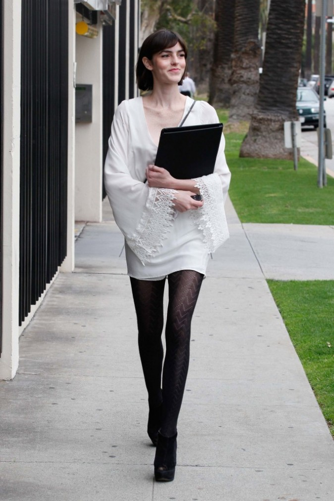 Low boots et mini robe, rien de tel pour la sublimer!