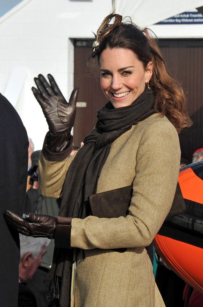 Look de star : le headband plume de Kate Middleton en février 2011