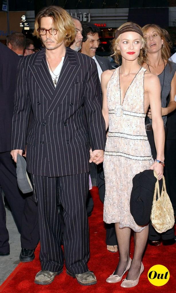 Look de Johnny Depp : costume croisé rayé et boots grunge en 2003