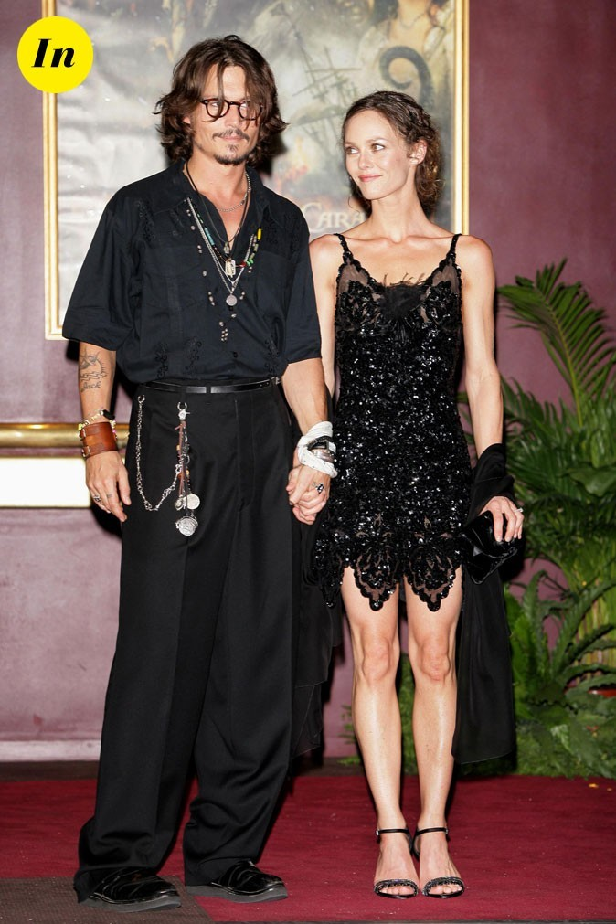 Look de Johnny Depp : costume noir et breloques à la Jack Sparrow en 2006