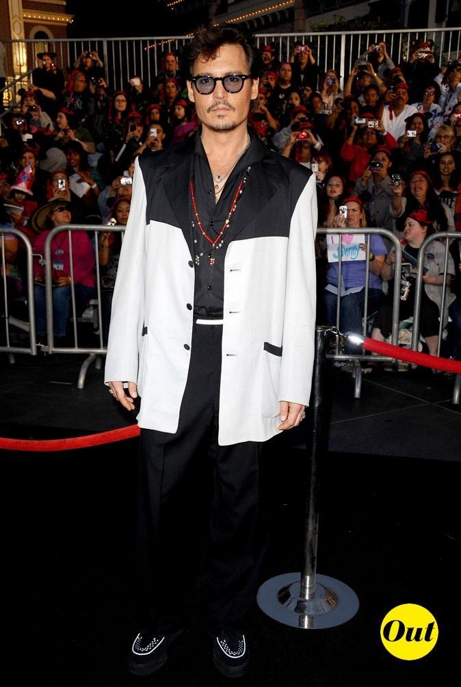Look de Johnny Depp : veste bicolore, lunettes rondes et collier tribal en 2011