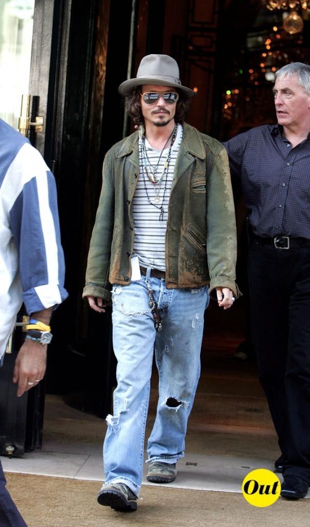 Look de Johnny Depp : veste kaki et jean grunge en 2006